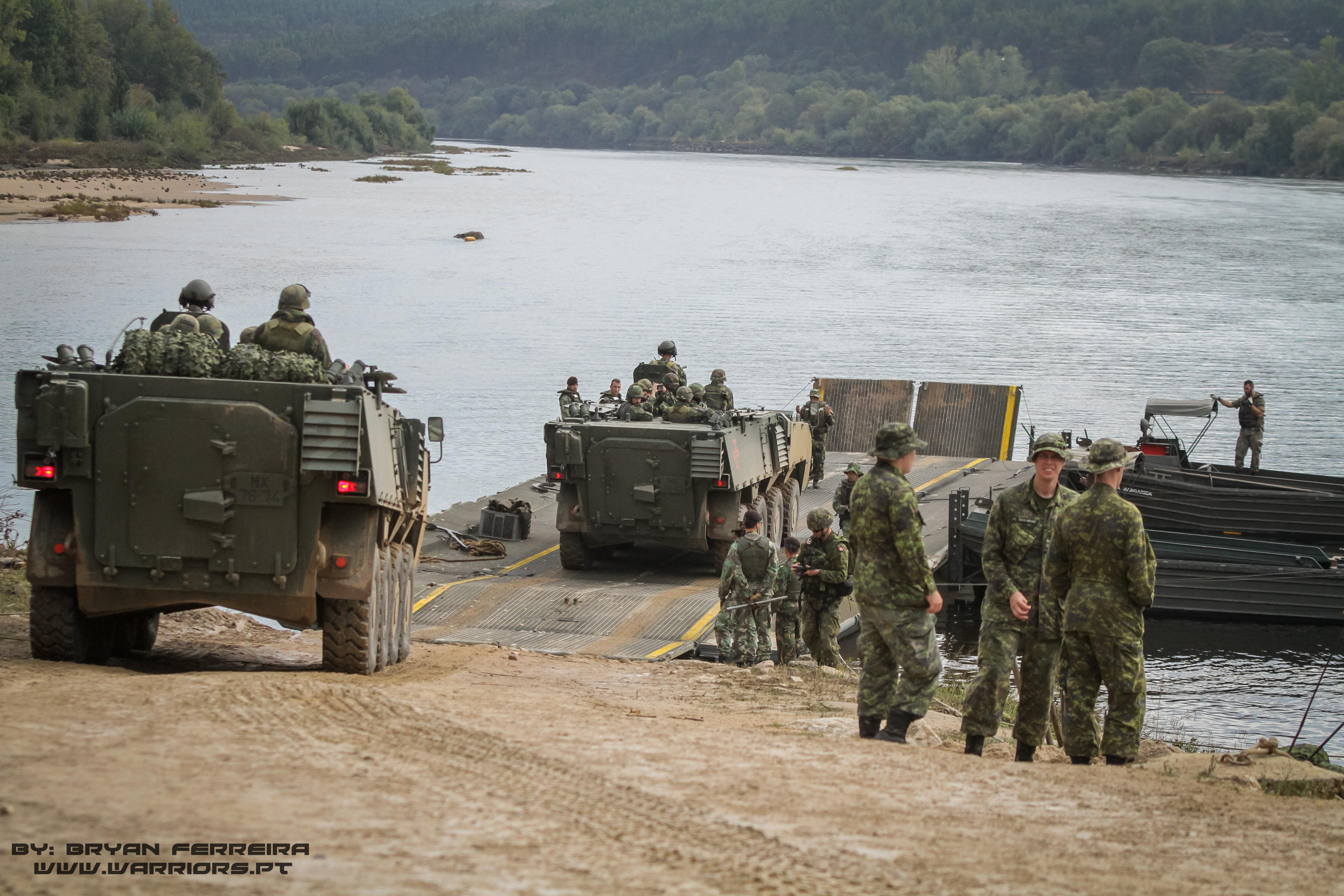 Duas PANDUR 8x8 preparam-se para atravessar o Rio Teja usando pontes flutoantes Portuguesas