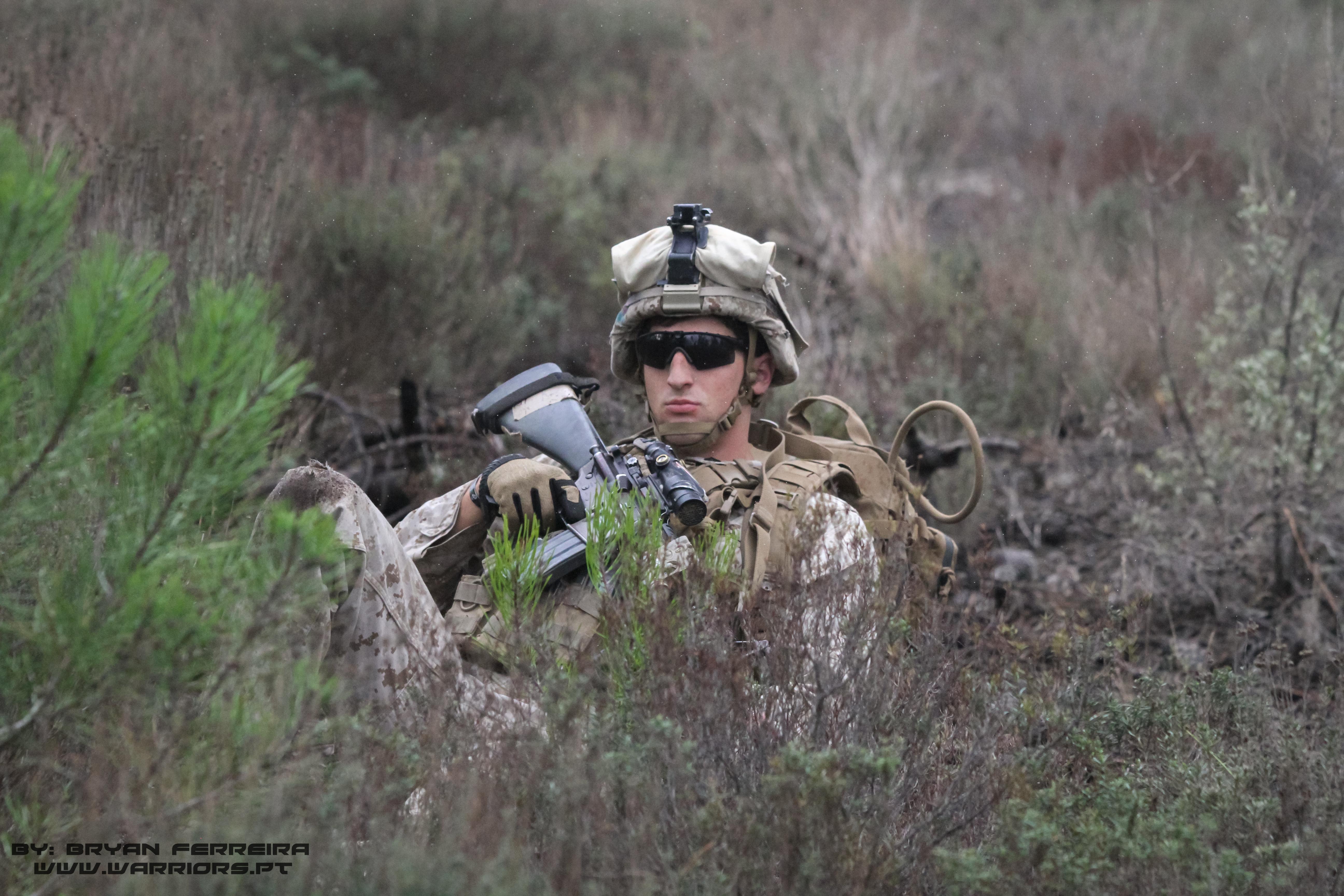 Um Marine aproveita para descansar enquanto espera a chegada de um MV22 para recolher a sua unidade