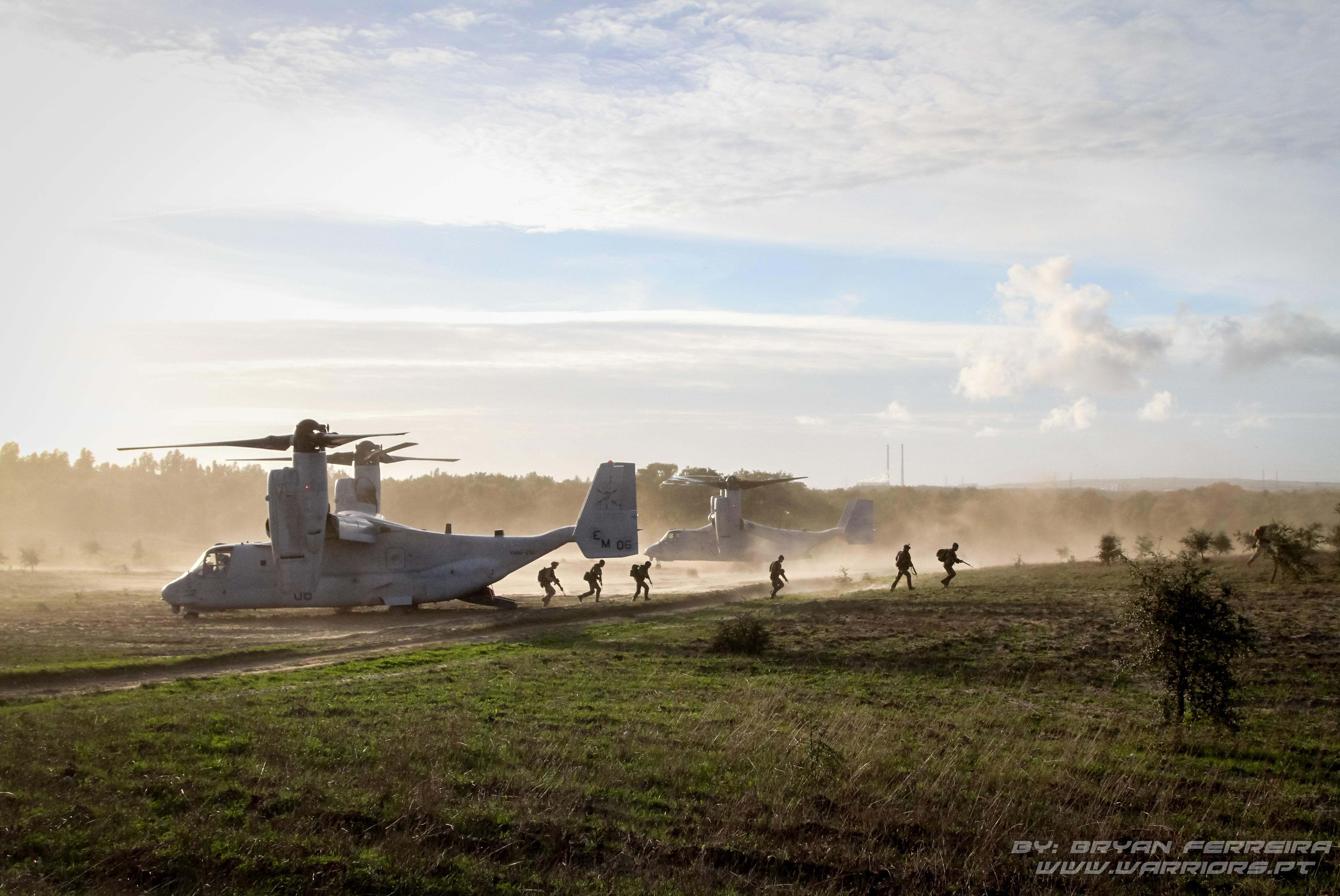 Portugueses, Americanos e Espanhois desembarcam de dois MV-22 Osprey