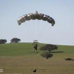 Paraquedista da Companhia de Percursores Aeroterrestres prestes a aterrar numa zona onde irá marcar uma zona de lançamento de Paraquedistas.