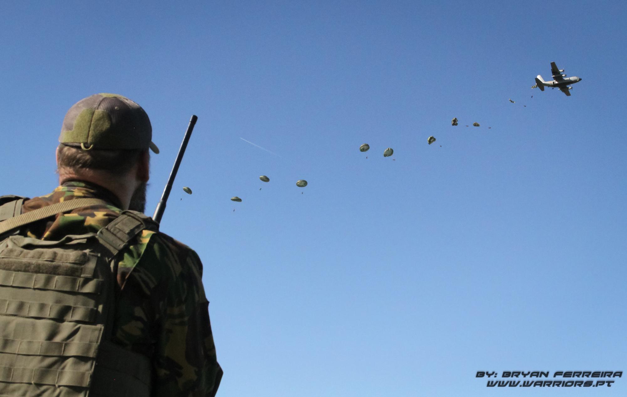 Pathfinder Holandês conduz o lançamento de Paraquedistas Portugueses através de um C130 Português