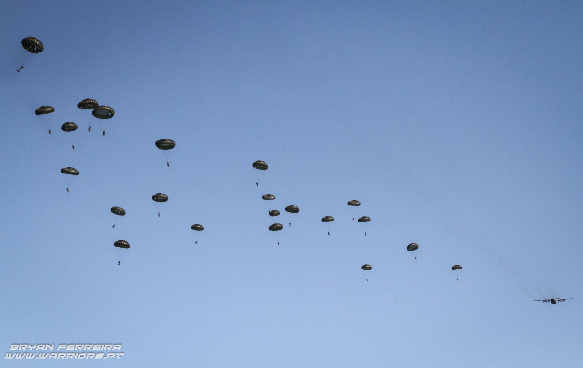 140 Paraquedistas Portugueses são lançados no terreno