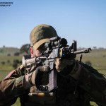 Pathfinder Holandês aponta a sua espingarda de assalto AR15