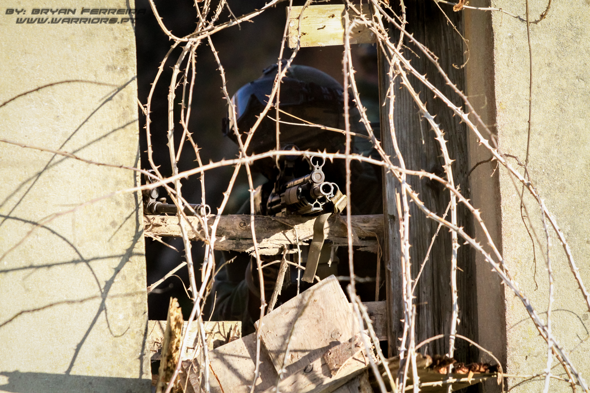 Designated MArksman dos Fuzileiros Portugueses toma posição numa janela