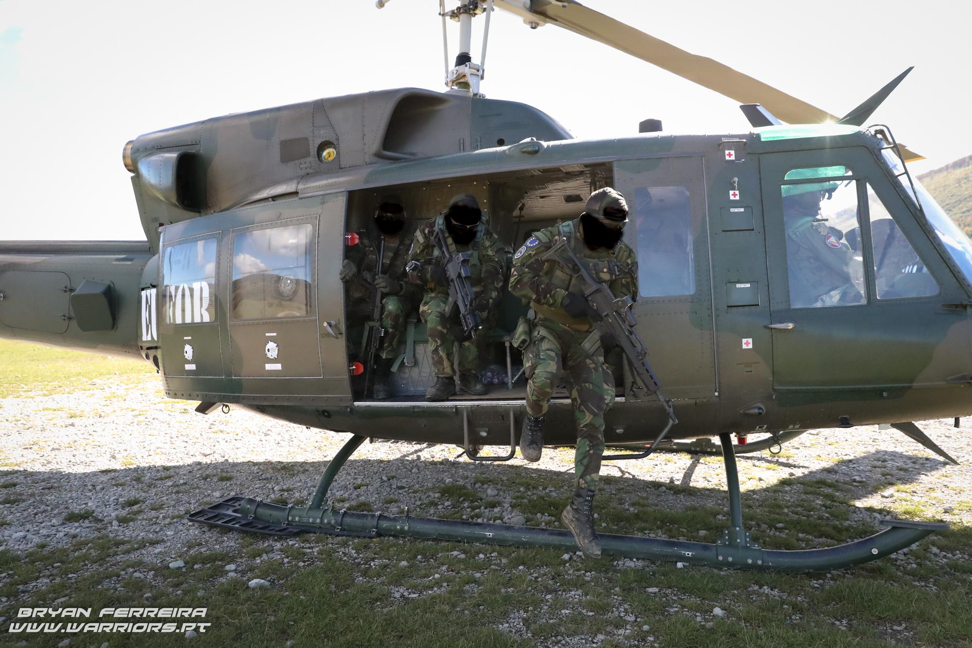 Elementos de Operações Especiais do Exercito Português são projectados por um Bell 212 Austriaco