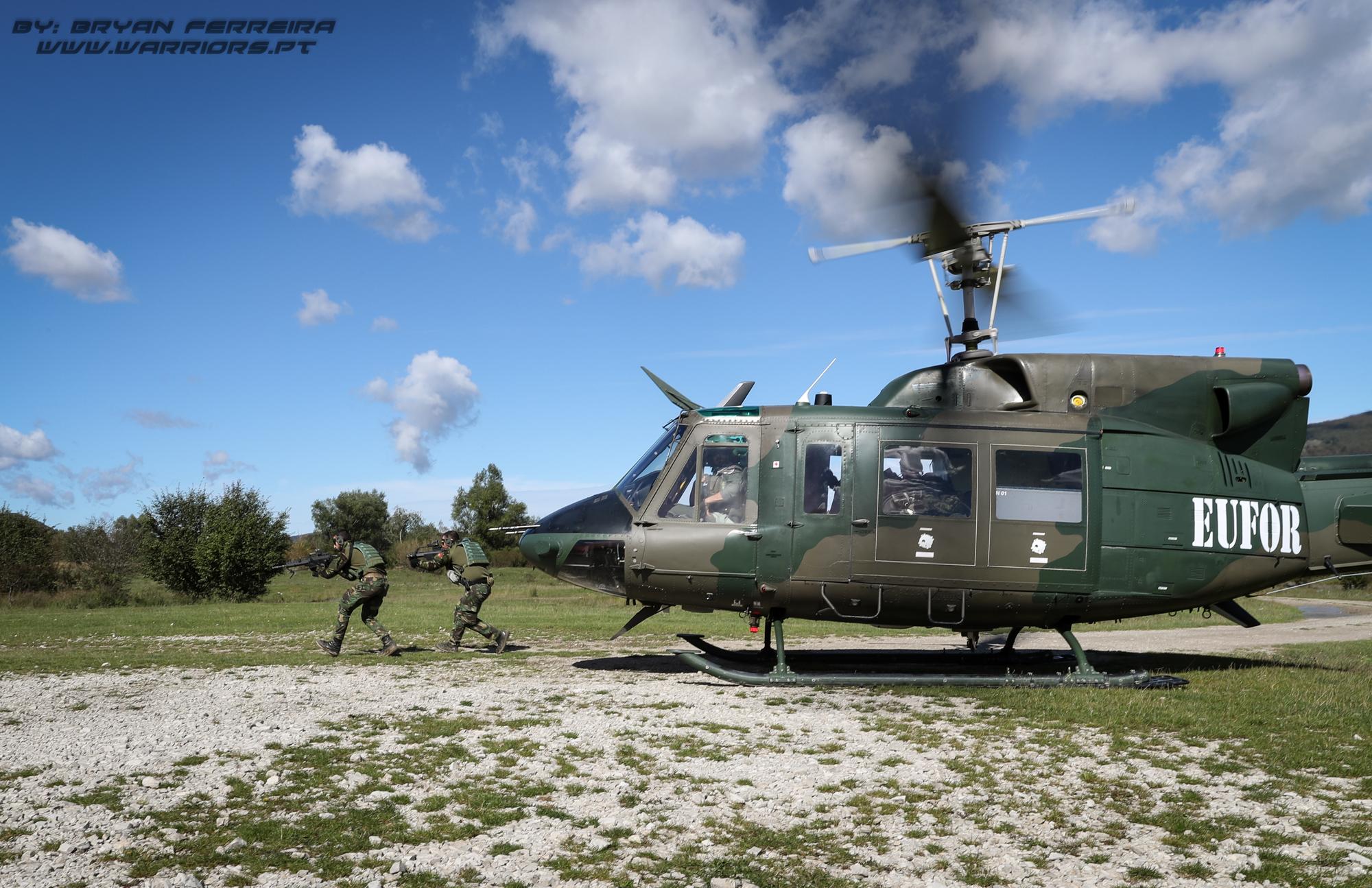 Elementos de Operações Especiais do Exercito Português executam uma missão de interdição aérea com a ajuda de um Bell 212 Austriaco