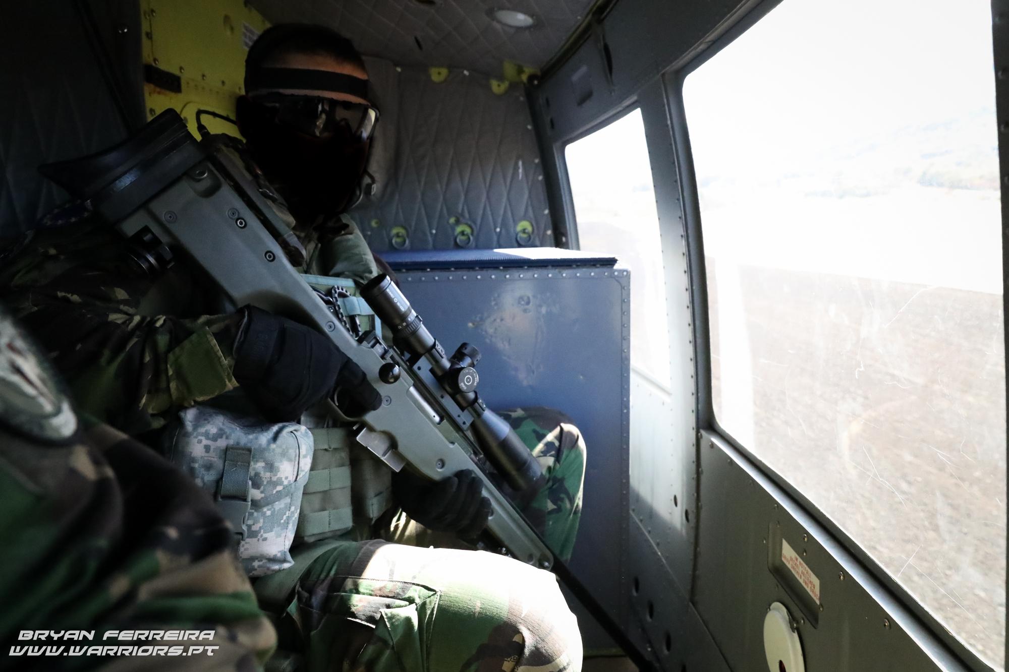 Sniper das Operações Especiais do Exercito Português executa uma missão num Bell 212 Austriaco