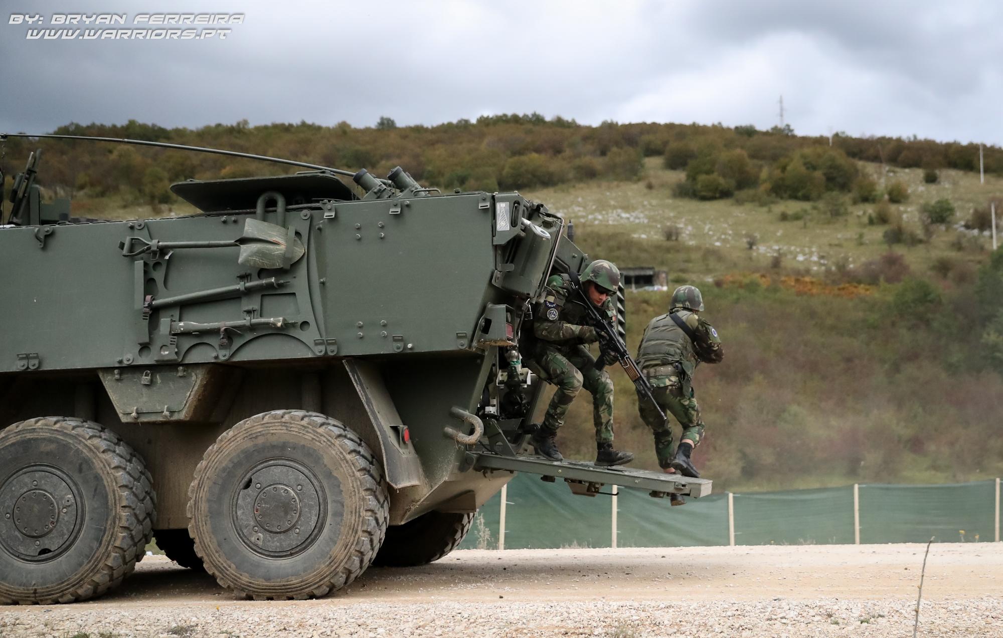 Paraquedistas Portugueses são projectados pelas Pandur II 8x8 APC Portuguesas presentes no Kosovo