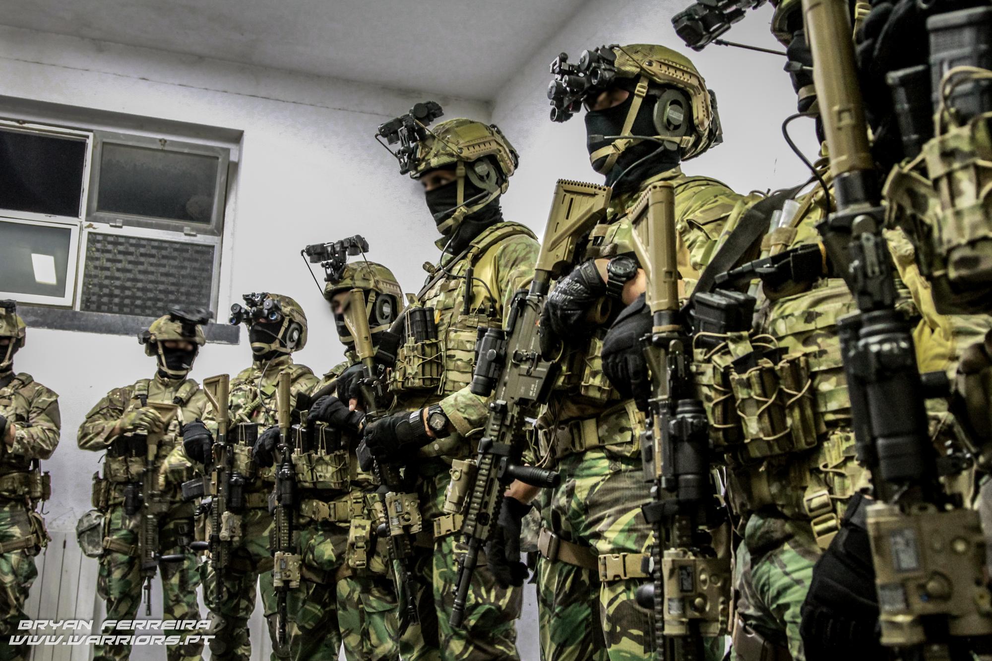 Elementos da Força de Operações Especiais (Army SOF) Portuguesa equipam-se para uma operação nocturna. Estam armados com espingardas de assalto HK416 e equipados com modernos equipamentos de combate nocturno