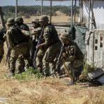 Infantaria da Brigada de Intervenção desloca-se numa Área Urbanizada de modo a limpar quaisquer ameaças às viaturas pesadas