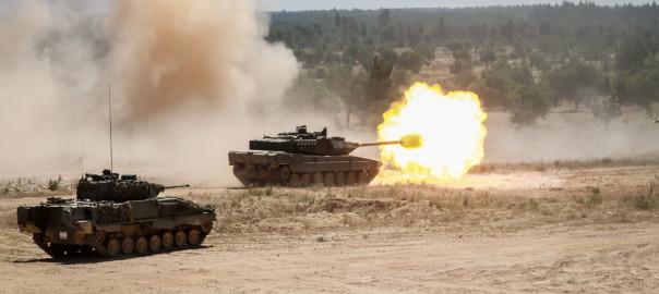 Leopard 2A6 Espanhol, apoiado por um IFV Pizarro também Espanhol, dispara o seu canhão de 120mm