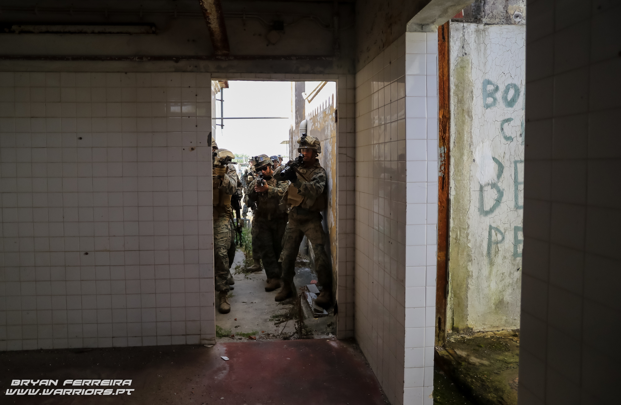 Secção de Marines prepara-se para entrar dentro de um edifício hostil.