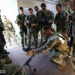 Marine explica aos Paraquedistas Portugueses a diferença entre a FN Mag em uso em Portugal e as FN M240 em uso nos Estados Unidos.